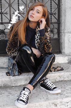 Girls in Chucks Pvc Leggings, Wet Look Leggings, Shiny Leggings, Leggings Are Not Pants, Sexy Outfits, Fashion Outfits, Womens Fashion, Pantalon Vinyl, Leopard Print Outfits