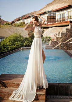 Brautkleid mit Neckholder-Dekolleté, tailliert mit Gürtel und Schleppe