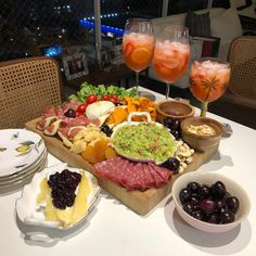 Discover recipes, home ideas, style inspiration and other ideas to try. Breakfast And Brunch, Breakfast Platter, Happy Hour, Brunch Mesa, Party Food Platters, Cocktail Party Food, Cheese Party, Tasty Bites, Charcuterie