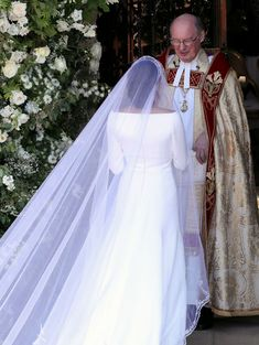 See Meghan Markle's Givenchy wedding dress designed by Clare Waight Keller from every single angle. Royal Wedding Gowns, Royal Weddings, Elegant Wedding Dress, Designer Wedding Dresses, Harry And Meghan Wedding, Harry Wedding, Prince Harry And Megan, Givenchy Wedding Dress, Meghan Markle Wedding Dress