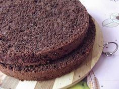 Blat de tort pandispan cu cacao Este un blat de tort care se pretează la însiropare, e destul de uscat, nu conţine unt, se poate tăia în felii mai subţiri. Romanian Food, Fondant, Food And Drink, Desserts, Recipes, Unt, Bakken, Tailgate Desserts, Deserts