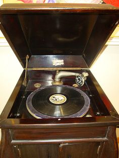 The gramophone, antique phonograph record player by Baker Woman & many other companies - tells how these machines worked Antique Music Box, Antique Radio, Vintage Stuff, Retro Vintage, Rock Around The Clock, Music Machine, Music System, Old Clocks, Old Music