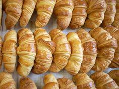 Voici une recette du chef Dauphin, encore une fois ^^ Cette recette de croissants est très bonne et assez facile à réaliser. Juste longue, ce qui est normal. Vous pouvez faire 60 croissants ou comme je fait moi, faire cette quantité de pâte, prélever...