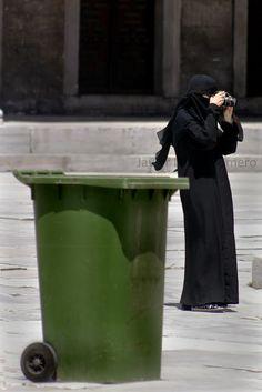 Hay quien lo llama fotografía: Mujer haciendo una foto