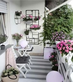 32 Space Saving Ideas Beautiful Balcony Designs with Modern Hanging Planters. Hanging planters save space and earn balcony designs far more functional. Simple Balcony Designs, Small Balcony Design, Small Balcony Garden, Small Balcony Decor, Balcony Ideas, Modern Balcony, Small Balconies, Outdoor Balcony, Plants On Balcony