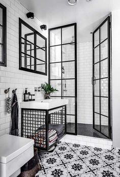 Black and white bathroom: 10 rooms to be inspired-Banheiro preto e branco: 10 ambientes para se inspirar Check out ideas of the classic black and white combination for the bathroom! (Photo: Reproduction) and white - Bathroom Interior Design, Interior Decorating, Modern Interior, Decorating Ideas, Bathroom Designs, Interior Ideas, Decorating Frames, White House Interior, Bohemian Decorating