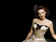 Η Τζούντι Γκάρλαντ (Judy Garland, 10 Ιουνίου 1922 - 22 Ιουνίου 1969), έμεινε στην ιστορία του παγκόσμιου κινηματογράφου ως η Ντόροθι, στην κλασική ταινία του Βίκτορ Φλέμινγκ «Ο μάγος του Οζ» (1939). ...