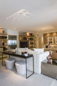 Belíssima sala de estar. Decoração impecável, móveis modernos e bonitos. Combinação perfeita.