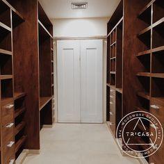 Otra perspectiva del closet fabricado en madera de #tzalam. Acá podemos apreciar de mejor manera la zona para bolsos y el tocador. Para la elaboración de las puertas corredizas se eligió la madera de #caoba. #tricasa #woodwork #group #excelenciaencarpinte