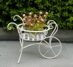 If you want a planter of great artistic value, one of the best choices you can do is buy a wrought iron. Iron Furniture, Garden Furniture, Wrought Iron Decor, Most Beautiful Gardens, Garden Wedding Decorations, Flower Stands, Iron Art, Garden Items, Garden Planters