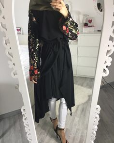 Black dress with sleeves embellished with flowers Islamic Fashion, Muslim Fashion, Ethnic Fashion, Modest Fashion, Fashion Outfits, Female Outfits, Hijab Outfit, Muslim Shop, Hijab Mode Inspiration