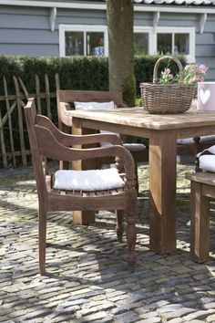 Verschillende bankjes en stoelen om de buitentafel bieden genoeg zitplaatsen voor de hele familie!