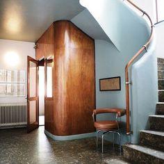 We absolutely adore this hallway designed by the functionalist Danish architect, Frits Schlegel ⠀ ⠀⠀⠀ #Gingerlily #GingerlilySilk #GingerlilyLondon #Silk #Luxury #HallwayLuxe #DanishArchitect #Functionalist #FritsSchegel #Interiordesign #Style #InteriorStyling #Pastel #BabyBlue #WoodenDetails #Stairway #Concrete
