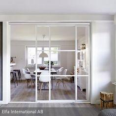 Eine Schiebetür aus Glas lässt den Wohnbereich hell und weitläufig erscheinen, ohne dabei Abstriche bei der Privatsphäre zu machen. Die dezente Farbgebung …