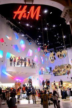 Carlos: espectacular interior de la tienda HYM, con diferntes alturas de escaparates y mucho colorido de luces, mas que una tienda parece un escenario