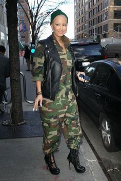 Rose gained notoriety after posing for a Louis Vuitton print advertisement featuring Lamon Coleman's line of sneakers Amber Rose Style, Dorothy Rose, Best Testosterone Boosters, Bald Women, Chic Outfits, Woman Outfits, Dope Fashion, Celebs, Celebrities
