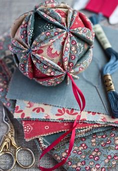 Master class on vintage ball / Vintage Christmas ball tutorial - evening meetings Vintage Christmas Balls, Quilted Christmas Ornaments, Fabric Ornaments, Christmas Fun, Christmas Decorations, Xmas Baubles, Ball Ornaments, Handmade Decorations, Christmas Projects