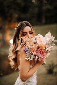 Adriana e Guilherme: casamento com paleta candy color. Um lindo casamento colorido na fazenda, com assessoria de Natasha Bleier. Na foto, a noiva com buquê delicado. Crown, Colorful Weddings, Palette, Farmhouse, Engagement, Corona, Crowns, Crown Royal Bags