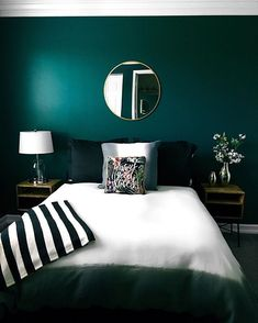 Bedroom Paint Color Schemes and Design Ideas Guest room vibes – emerald green walls. Bedroom C Green Bedroom Walls, Green Bedroom Decor, Green Master Bedroom, Living Room Green, Bedroom Paint Colors, Bedroom Color Schemes, Dream Bedroom, Home Bedroom, Bedroom Ideas Paint