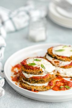 THE BEST Healthy Baked Eggplant Parmesan. Lighter version of an Italian classic. One of my all time favorite recipes. Super tasty and sure to be a crowd pleaser. Cheap Clean Eating, Eating Fast, Clean Eating Snacks, Baked Eggplant, Eggplant Recipes, Recipes With Eggplant Healthy, Healthy Eggplant Parmesan, Healthy Sweet Snacks, Healthy Recipes