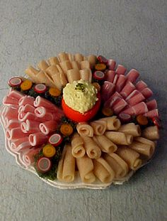 Scale Cold Cut Platter - very well made! Cold Cuts, Miniature Furniture, Very Well, Platter, Dollhouse Miniatures, Scale, Cheese, Conch Fritters, Savory Snacks