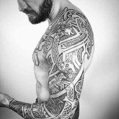 Keltische Motive Krieger Tapfer Kämpfer Volltätowiert Ganzkörper viele Tattoos Männer Bart