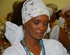 Navegando na intenet encontrei essa imagem de Isabel Filardis num Candomblé incorporada com Oxum. Linda! Transmite paz... :) Fico feliz em ver pessoas públicas praticando assim a religião, abertamente, sem máscaras... Ainda mais em tempos de intolerância religiosa como vivemos. ---------------------------------------------------- [b]Oração Para Ya Oxum[/b] [i](Raimundo Sodré e J. Velloso)[/i] Oxum a minha mágoa Quando se derrete em água No meu corpo a sua água Me lava de todo rancor Esta…