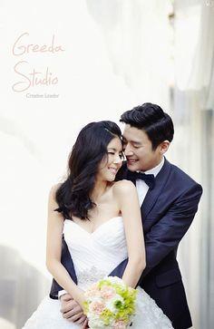 ウェディングフォト前撮りツアー〔TK-48〕 最新ツアー 写真撮影 Pre Wedding Shoot Ideas, Wedding Couple Poses, Pre Wedding Photoshoot, Wedding Couples, Wedding Inspiration, Korean Wedding Photography, Couple Photography, Bridal Portraits, Studio