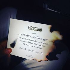 Pin for Later: Moschino stellt die vielleicht verrückteste Modenschau auf die Beine Schon die Einladungen zur Show aren leicht angebrannt Ein erster Hinweis!