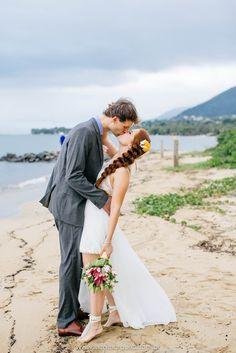 JESSICA & SAM   A Jessica e o Sam se casaram em Ilhabela com os pés na areia, um mini wedding onde todos os convidados se vestiram de azu...