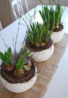 Bei uns hängt seit ein paar Tagen eine Osterhasengirlande aus Jutte und weissem Filz an der Es...