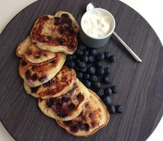 Blåbær pandekager. Små lækre blåbær pandekager med med græsk yoghurt. Kan anvendes både til morgenmad, brunch eller som en dessert.
