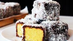 Prăjitura tăvălită prin nucă de cocos este unul dintre cele mai la îndemână preparate dulci. Puteți găti această rețetă într-un weekend și cu siguranță întreaga familie va aprecia gestul, mai ales că prăjitura este foarte specială datorită gustului dat de nuca de cocos. Aveți nevoie de doar câteva ingredientem iar modul de preparare este destul … Australian Desserts, Australian Food, Key Lime, Pudding Desserts, Easy Desserts, Lamingtons Recipe, Cake Recipes, Dessert Recipes, Lemon Curd Recipe