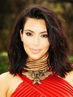 Ach,Kim. Wie waren wir verliebt in deinen voluminösen Long Bob.Aber kurz danach musste sichFrau Kardashiandie Haare ja Wasserstoffblondfärben ... Warum. Warum.