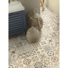 Revêtement de sol plastique PVC à la découpe. Motif effet carrelage retro tendance carreaux de ciment beige, gris bleuté et marron clair. Epaisseur 2,4mm.