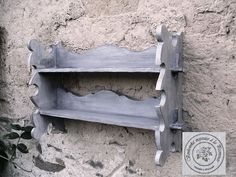Police – vyřezávaná, šedá patina - dřevěná vyřezávaná police - renovovaná, šedá patina - původně z druhé poloviny minulého století, poctivá řezbářská práce - šedá patina lakovaná matným ekologickým lakem Může zdobit právě Vaši kuchyni, koupelnu nebo jiný prostor Vašeho domova. Rozměry: D/V/HL - 63/38/16 cm Materiál: dřevo