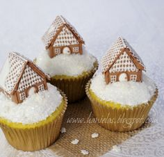 Mini-Gingerbread House Cupcakes so cute(: Christmas Cupcakes, Christmas Sweets, Christmas Gingerbread, Noel Christmas, Christmas Goodies, Christmas Baking, Cupcake Cakes, Royal Icing Gingerbread House, Royal Icing