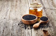 Black seed oil is an oil extract made from the seeds of the flowering Nigella sativa plant. Black seed oil, sometimes called black caraway or black cumin Nigella Sativa, Natural Treatments, Natural Remedies, Benefits Of Black Seed, Cumin Noir, Kalonji Oil, Essential Oils For Eczema, Toenail Fungus Remedies, Health