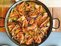 Si bien la paella es uno de esos platos que existen muchas variedades y formas…