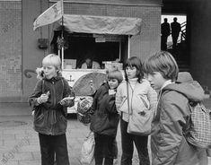 Kinder beobachten Tauben, die sie mit Brot gefüttert haben (Berlin-Mitte, Alexanderplatz (DDR) Foto, 1982