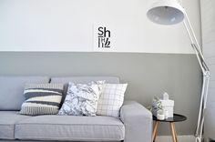 Geverfde lambrisering in een groentint (in dit geval kiezelgroen van Flexa, hebben wij in de slaapkamer) Interior Walls, Living Room Interior, Home Living Room, Interior Design, Demis Murs, Eames, Half Painted Walls, Simply Home, Lets Stay Home