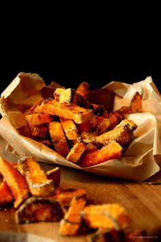 Süßkartoffel-Pommes_1 b (Medium) My Favorite Food, Favorite Recipes, Potato Snacks, Crazy Kitchen, Easy Sweets, Snack Recipes, Healthy Recipes, Sweet Potato, Low Carb