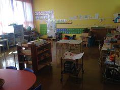 Dans la salle 2, on trouve l'île des mathématiques, la table de dessin et de petits bricolages autonomes, l'espace géographie, l'espace des activités sensorielles et des jeux de pavage et de construction, l'espace des activités de lecture, d'écriture et de graphisme.
