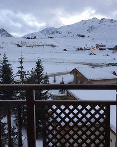 Estamos em Courchevel estação de esqui mais luxuosa do mundo e também a maior: são 600 km de ladeiras para quem adora um esporte de inverno. Até Kate Middleton e o príncipe William já passaram por aqui. Na foto vista de um dos quartos do @hotelannapurna. A região concentra hotéis 6 estrelas (sim isso existe!) e 8 restaurantes com estrelas Michelin. Além de um centrinho supercharmoso com lojas de grifes como Dior Fendi e Bulgari. (via @luaracalvianic) #letscourcheveltogether  via ELLE BRASIL…