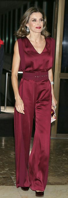 Queen Letizia of Spain presided over the ceremony of delivery of Journalism awards host by the ABC newspaper annually wearing red jumpsuit Royal Fashion, Look Fashion, Womens Fashion, Fashion Design, Classy Outfits, Cool Outfits, Jumpsuit Elegante, Idda Van Munster, Queen Letizia