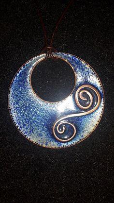 Collier émail sur cuivre bleu & spirale de Home Sweet Aum sur DaWanda.com