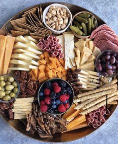 Recipes Snacks Savoury Entertaining this weekend? Take Hip Foodie Mom's advice and play around with your cheeseboard arrangements! That vertical stacking of the cheese is mesmerizing! What's your favorite snack board item? Charcuterie Recipes, Charcuterie Platter, Charcuterie And Cheese Board, Cheese Boards, Party Food Platters, Cooking Recipes, Healthy Recipes, Healthy Dinners, Aesthetic Food