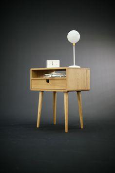 Tellement élégant dans sa simplicité. Il comporte des jambes coniques et un ou deux tiroirs empilés ou un tiroir et une étagère, avec des contours sculptés pour un look élégant et sans matériel. Fabriqué à la main à partir de bois massif avec des grains étonnants, cette pièce présente une