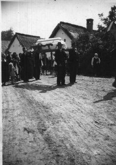 """A halottat háztól viszik a temetőbe a """"Szent Mihály lován"""" (1937) Old Photos, The Past, 1, Traditional, Retro, Life, Outdoor, Old Pictures, Outdoors"""