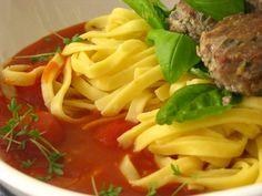 Jedlo bravcove gulky v paradajkovej omacke sa da realizovat viacerymi sposobmi. Ja som sa dala touto cestou...resp. takym malym talianskym chodnickom. Čas prípravy: Počet porcií (kusov): 12 guli...